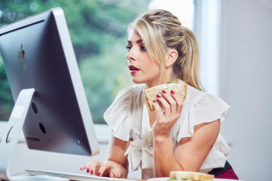 Moteris paskubomis valgo darbe