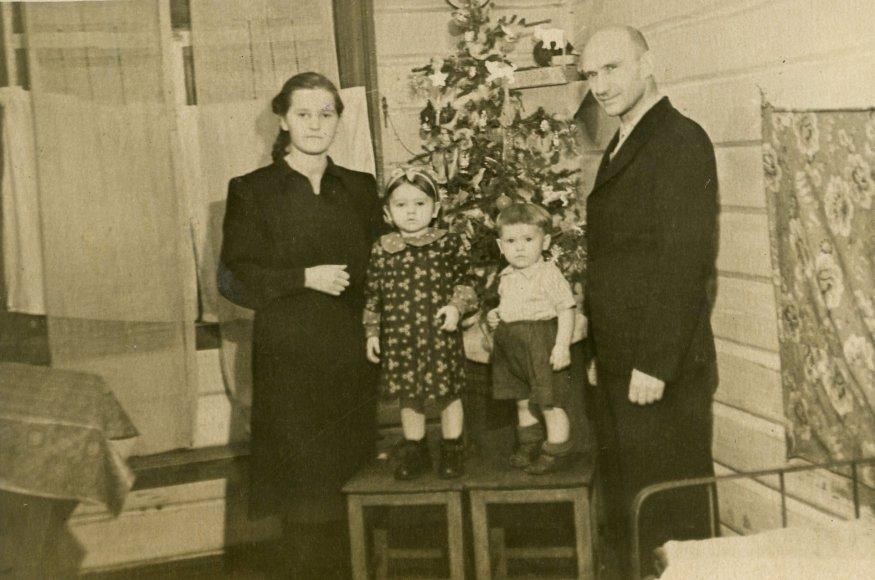 1948 metų tremtiniai Janina ir Martynas Germanavičiai su vaikais Vida ir Algimantu stovi prie Kalėdų eglutės. Igarka, Krasnojarsko kr., 1955 m.