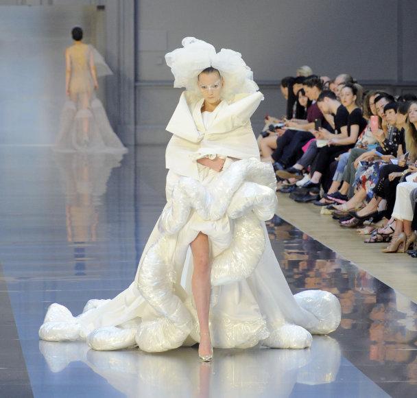 """""""Maison Margiela"""" 2015 m. aukštosios mados kolekcijos modelis"""