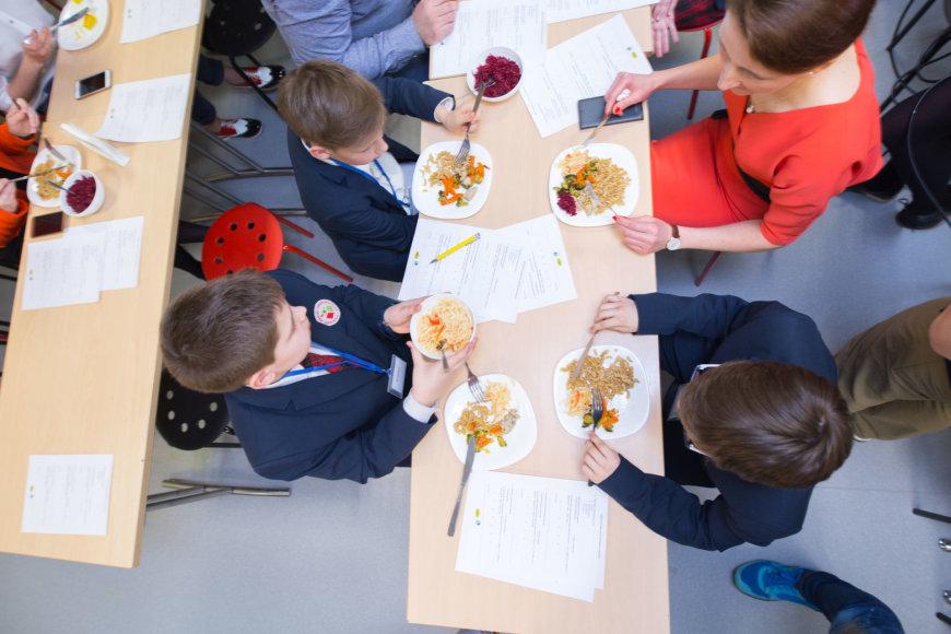 Vaikų mityba mokyklose: sveikesnio maisto degustacija