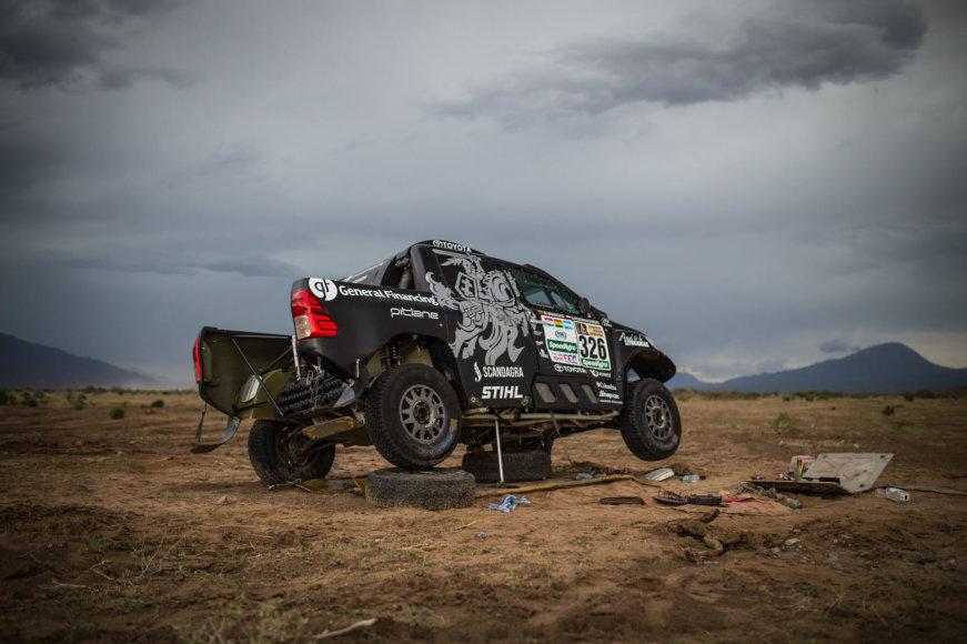 Trečiame Dakaro etape dėl gedimų sustojo du lietuvių ekipažai
