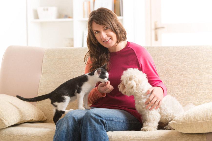 Moteris su šuniu ir kate