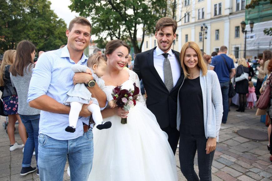 Teodoro Biliūno/Žmonės.lt nuotr./Juozas ir Gilija Bernotai (centre) bei Rokas ir Erika Milevičiai su dukra