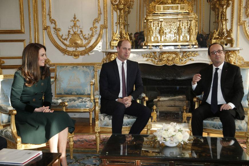 """""""Reuters""""/""""Scanpix"""" nuotr./Princas Williamas ir hercogienė Catherine su Prancūzijos prezidentu Francois Hollande'u"""