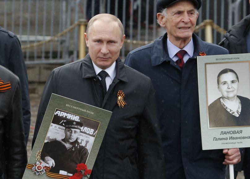 """V.Putinas vėl prisijungė prie """"Nemirtingojo pulko"""" eisenos dalyvių"""
