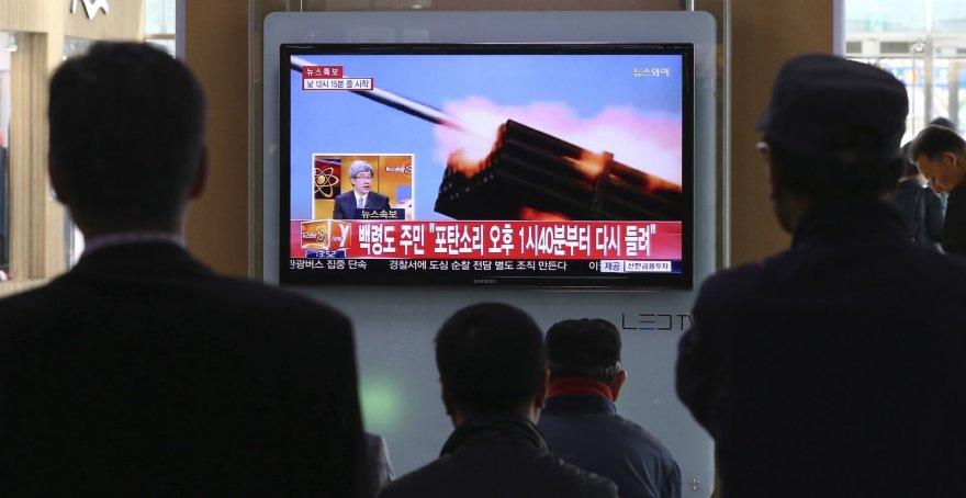 Seulo traukinių stotyje žmonės stebi naujienas