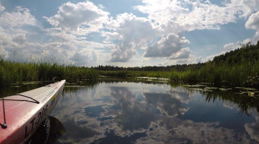 """Ekspedicijos """"Baidarė upėje"""" dalyviai plaukia Lakaja"""