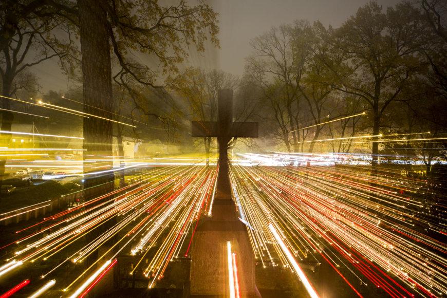 Rasų kapinėse Vėlinių žvakių šviesa traukia smalsuolius