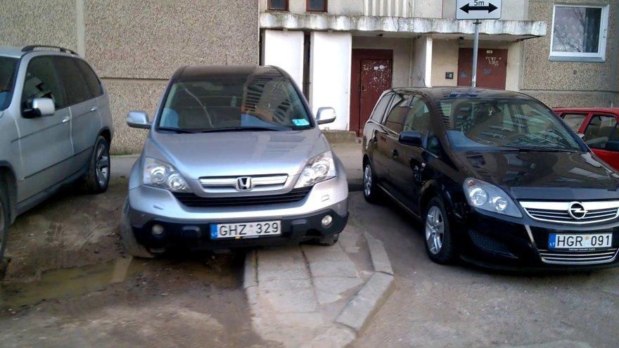 Honda su neįgaliojo lipduku priverstas statyti ant šaligatvio, nes jam priklausančią vietą užėmė protiškai neįgalus Opel vairuotojas, o... (žr. kitą nuotrauką)