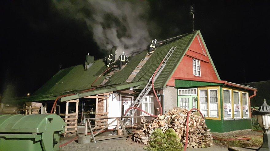 Šilutėje degė namo stogas.