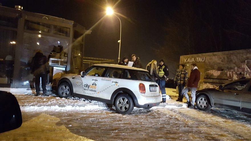 """Citybee"" automobilis Vilniuje rėžėsi į lauko kavinę."