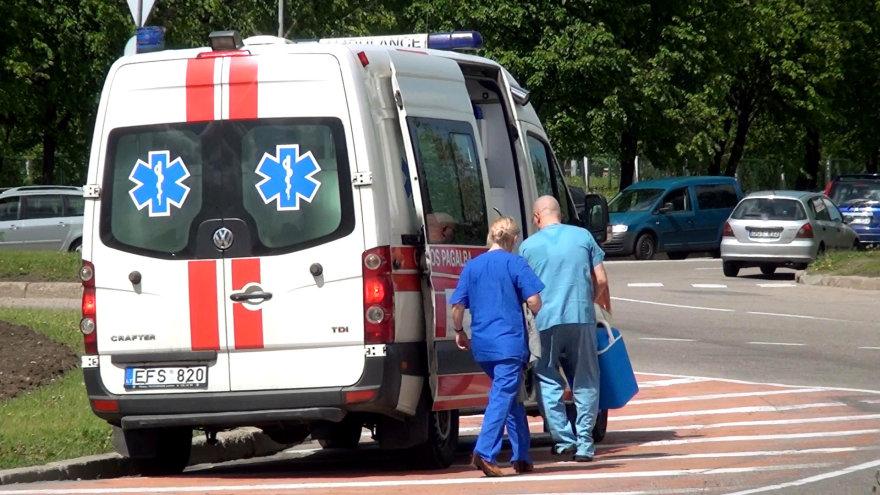 Į greitosios pagalbos automobilį nešamas donoro organas