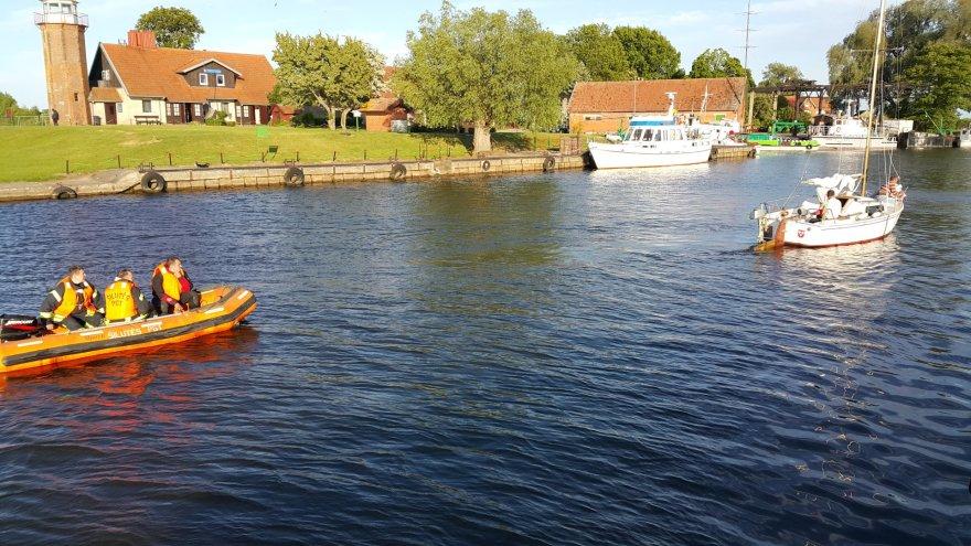 Atmatos žiotyse ant seklumos užplaukė jachta