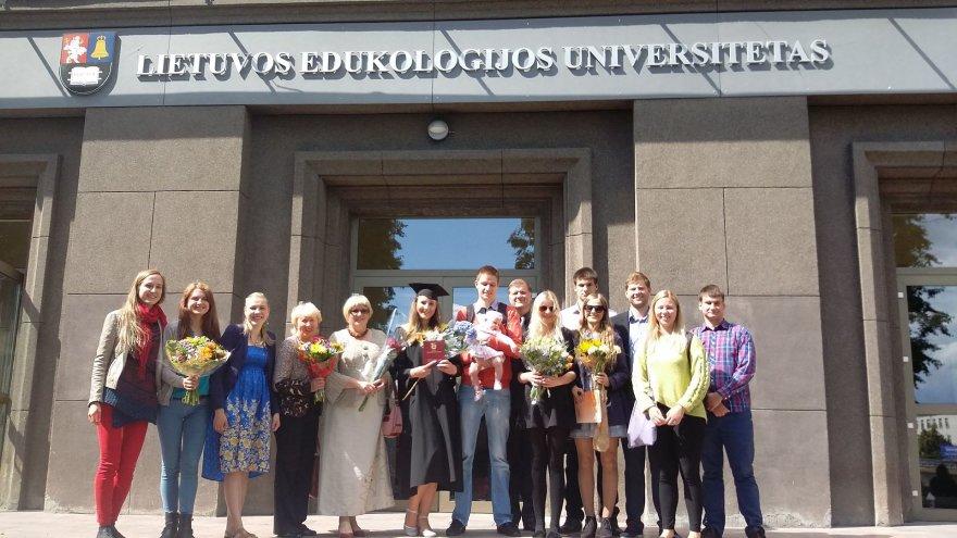 Nefų šeima su draugais po Rūtos Nefaitės bakalauro diplomo įteikimo