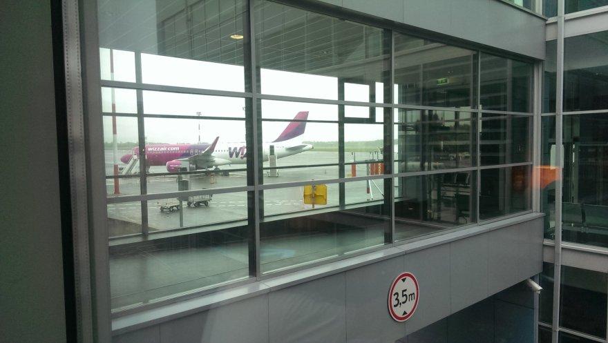 """Į Milaną jau turėję skristi """"Wizz Air"""" keleiviai grįžo į Vilniaus oro uosto laukimo salę"""
