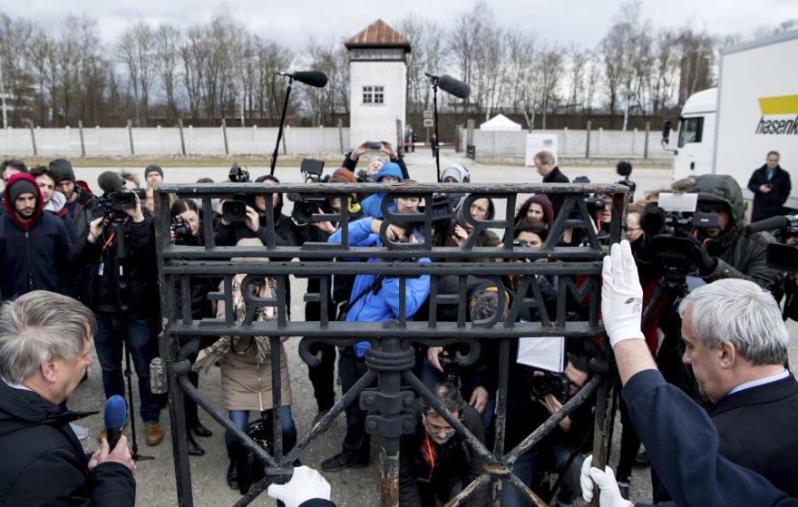 Dachau mirties stovyklos vartai sugrąžinti į buvusią vietą
