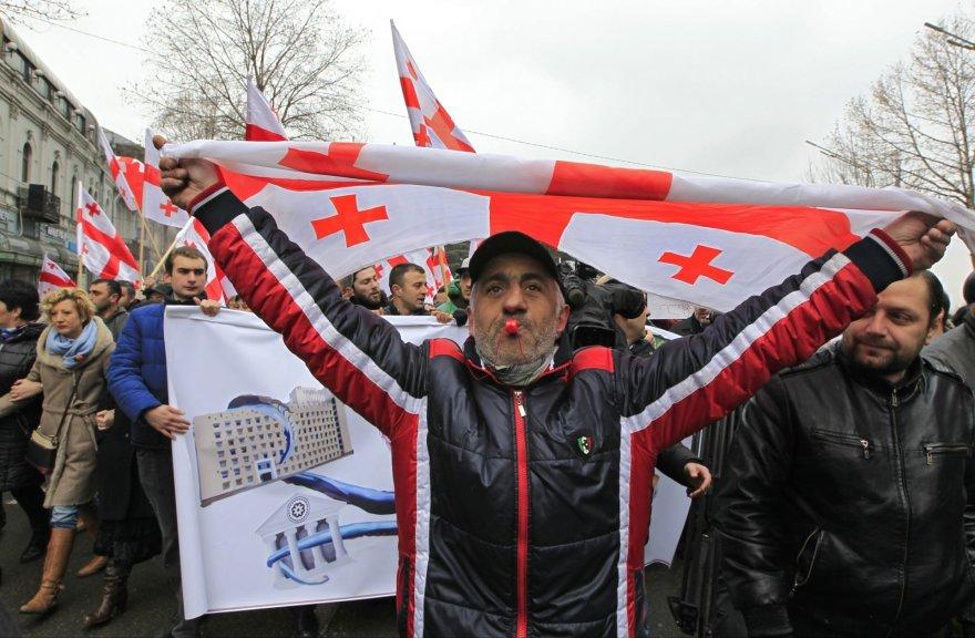 Gruzinas su šalies vėliava