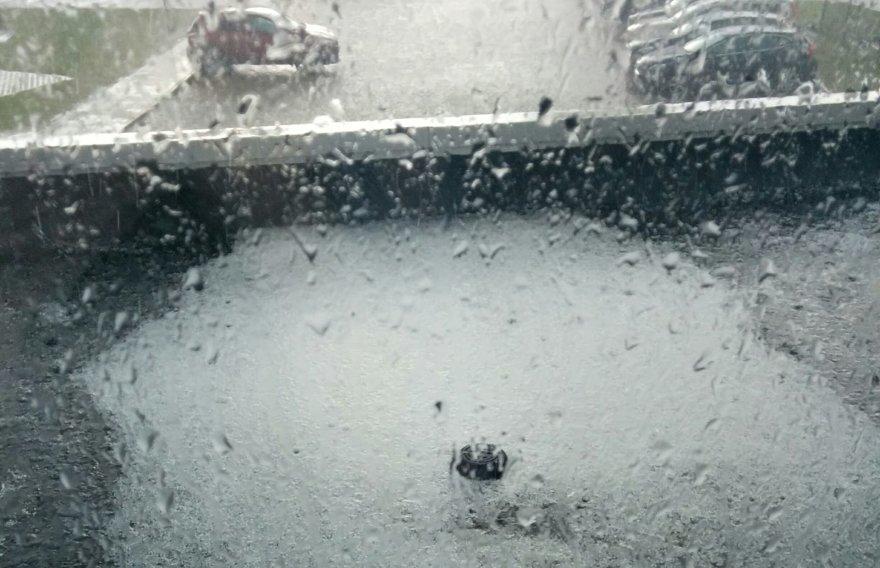 Apsnigtas stogelis pro biuro langą