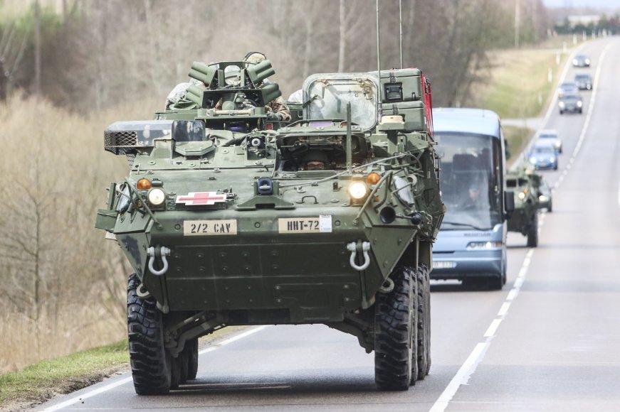 """Tankai """"M1A2 Abrams"""" ir kita technika važiavo iš Ruklos į Pabradę"""