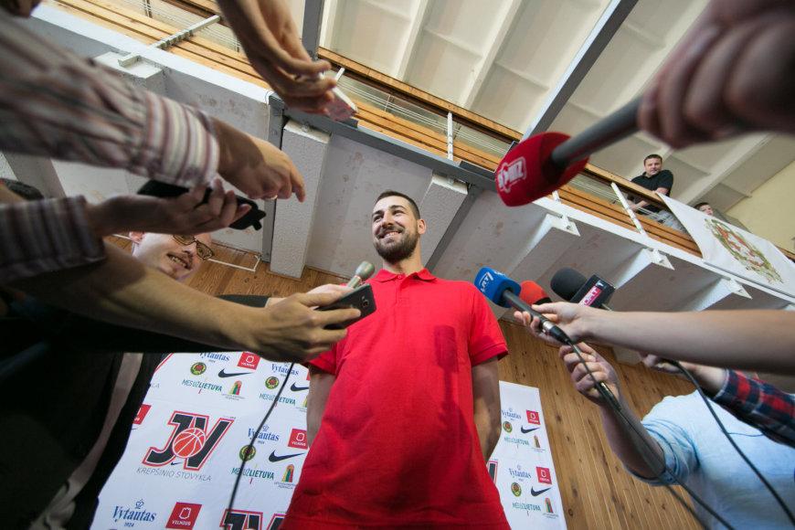Ketvirtadienį į Lietuvą sugrįžęs Jonas Valančiūnas aplankė savo vardo krepšinio stovyklos treniruotėje.