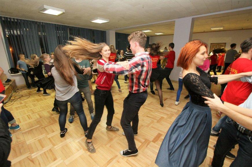 Šilalėje tradicinius šokius trypė per šimtas vaikų