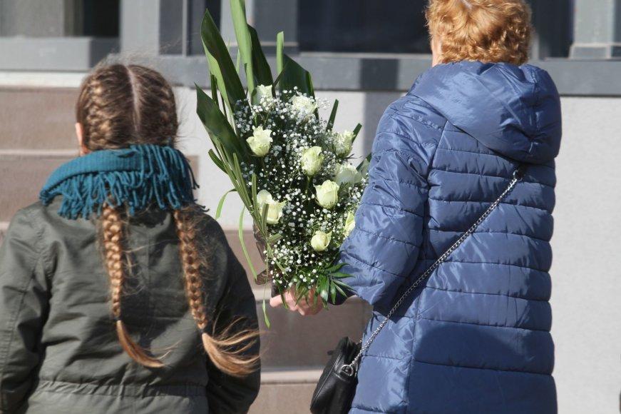 Raudanti Plungė gedulą puošia baltų rožių žiedais