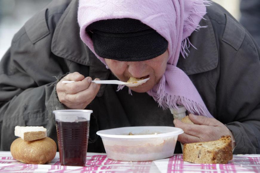 Benamė moteris valgo labdaros valgykloje Stavropolyje