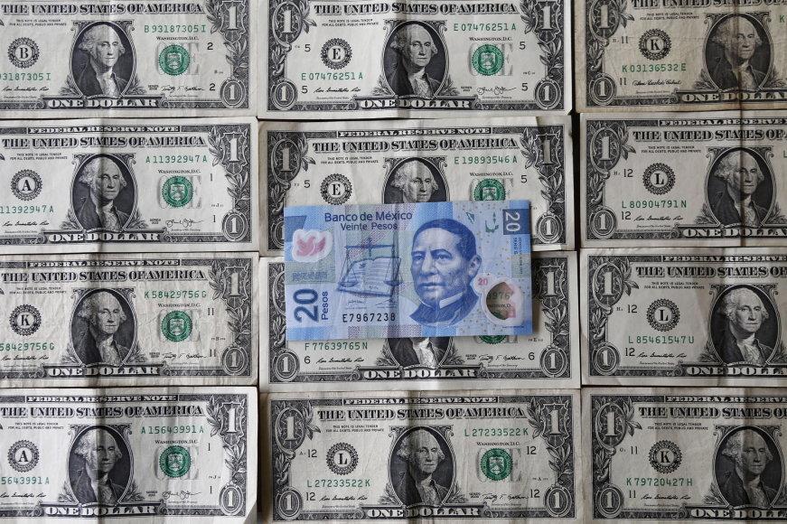 Meksikos peso banknotas JAV dolerių fone