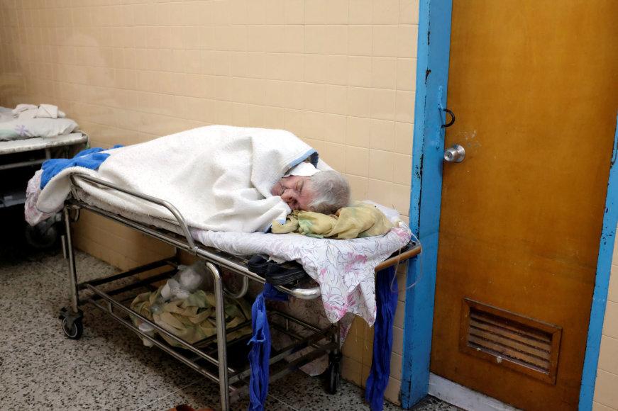 Pacientas ligoninės laukiamajame.