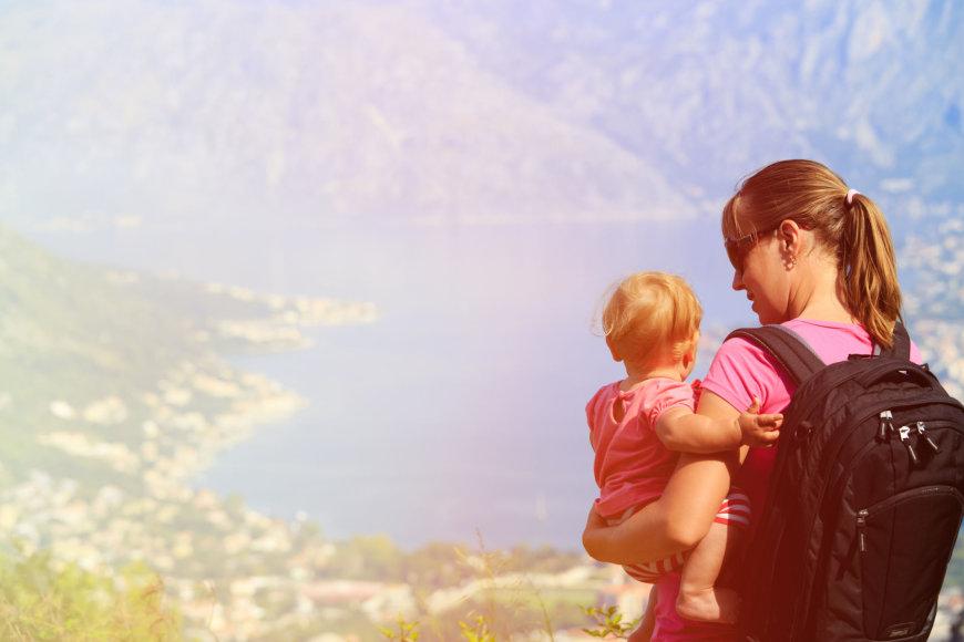 Fotolia nuotr./Keliaujanti mama su kūdikiu