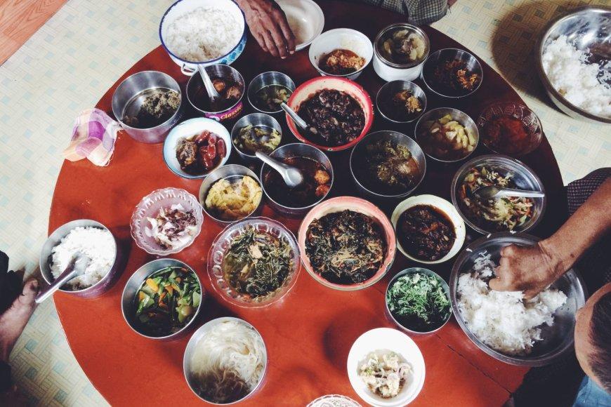 Žmonių paaukotas maistas budistų vienuoliams