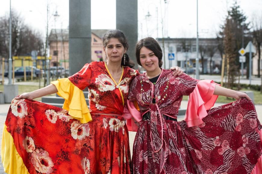 """Roza (kairėje) didžiuojasi vienturte dukra: """"Jai dabar 19 metų, bet dar neištekėjusi. Į mane"""""""
