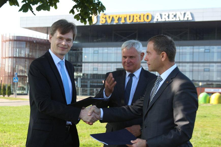 """""""Axis Industries"""" vadovas Remigijus Baltrušaitis (kairėje) ir Klaipėdos miesto savivaldybės administracijos direktorius Saulius Budinas penktadienį pasirašė oficialią rangos sutartį."""