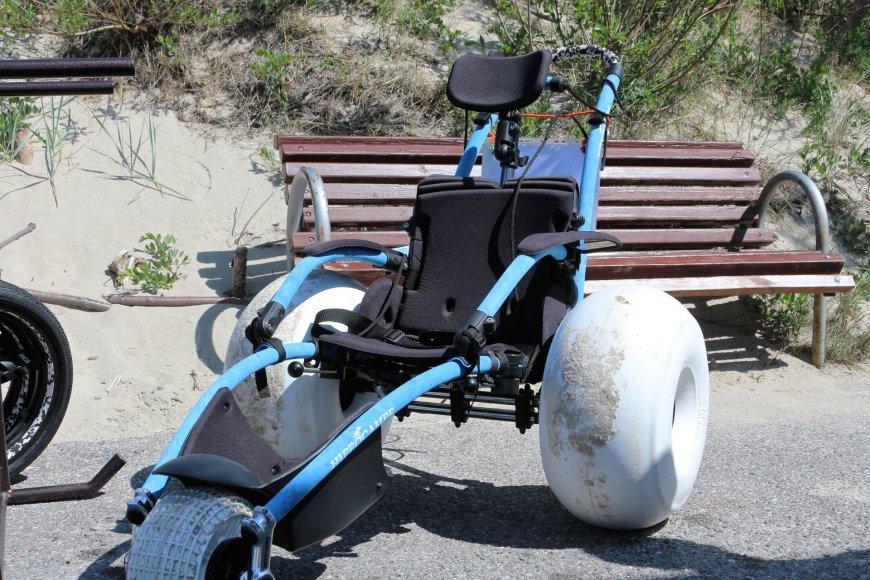 Centriniame paplūdimyje neįgalieji gali pasinaudoti specialiu įrenginiu, kuriuo galima pasiekti jūrą ir išsimaudyti.
