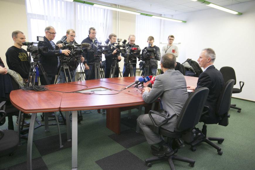 """Finansinių nusikaltimų tyrimo tarnyboje vyko spaudos konferencija dėl vykusių kratų bendrovėje """"Lietuvos geležinkeliai""""."""