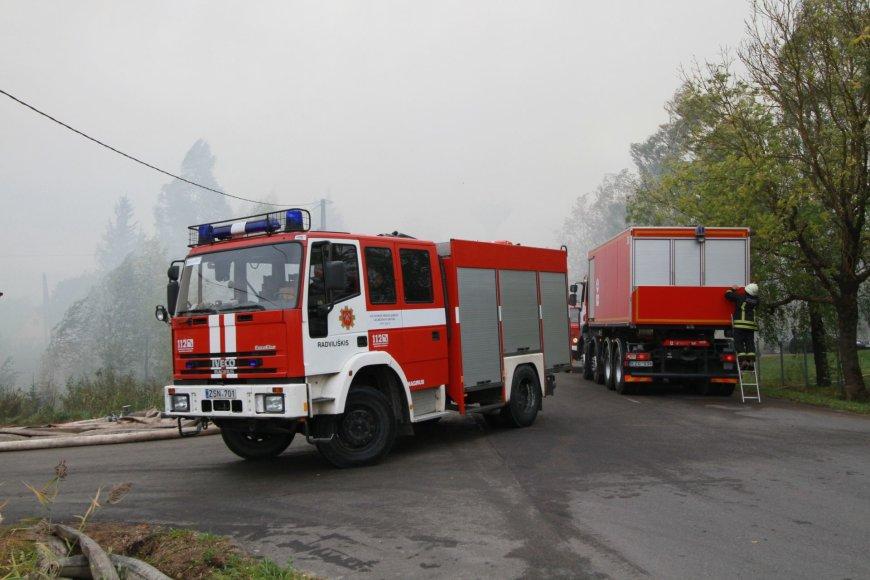 Gaisras Radviliškyje – dega pjuvenų ir atraižų kalnas.