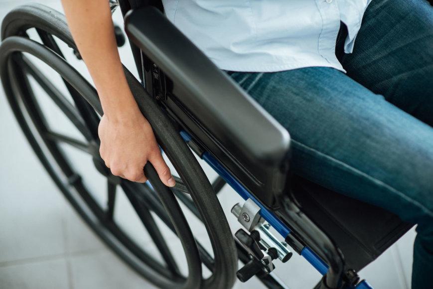 Moteris neįgaliesiems skirtame vežimėlyje