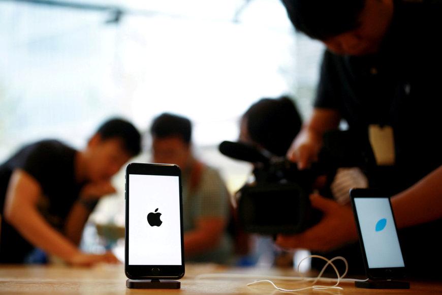 """""""Reuters""""/""""Scanpix"""" nuotr./""""iPhone 7"""" telefonas """"Apple"""" parduotuvėje Pekine"""
