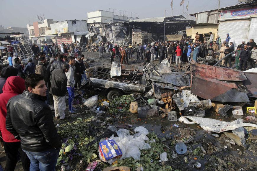Bagdade prie įėjimo į pagrindinį daržovių turgų sekmadienį mirtininkas susprogdino užminuotą automobilį