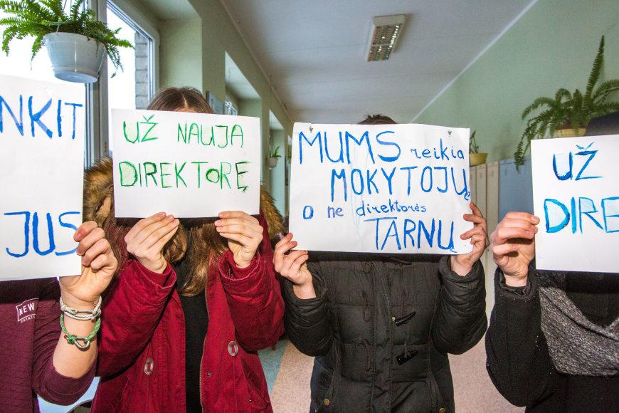 Vidmanto Balkūno / 15min nuotr./Sostinės P.Vileišio progimnazijoje aktyvistai reikalauja paskirti naują direktorę