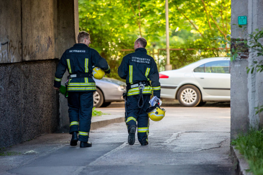 Ugniagesiai gelbėtojai po gaisro užgesinimo
