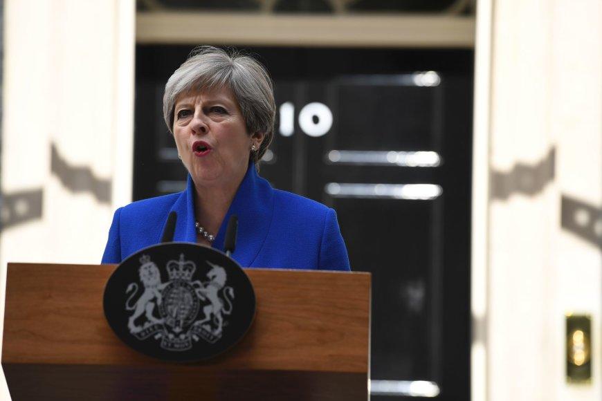 Theresa May paskelbė, kad formuos naują vyriausybę