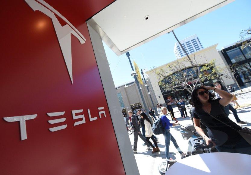 """Žmonės laukia eilėje, kad galėtų sumokėti užstatą už """"Tesla Model 3"""""""