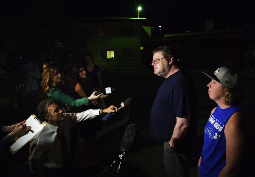 Autumn Veatch tėvas bendrauja su žurnalistais