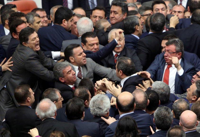 Turkijoje vykstant debatams dėl prezidento galių įstatymų leidėjai švaistėsi kumščiais