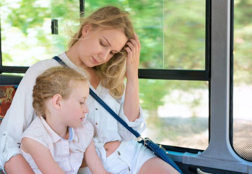 123rf.com /Mama ir dukra keliauja autobusu