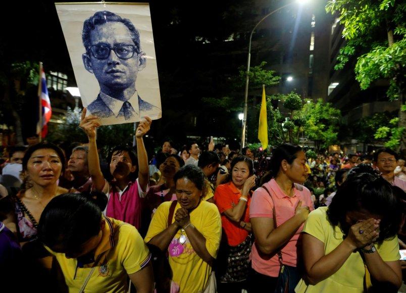 Tailandiečiai gedi po ilgos ligos mirusio mylimo monarcho Bhumibolo Adulyadejo