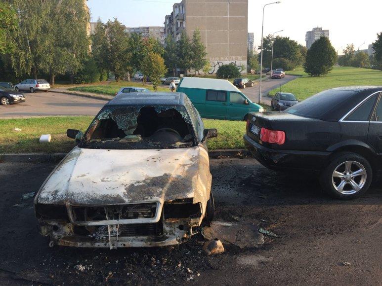 """Pirmojo gaisro padariniai: apdegęs """"Audi 80"""" automobilis ir tik šiek tiek gaisro paliestas """"Audi A6""""."""