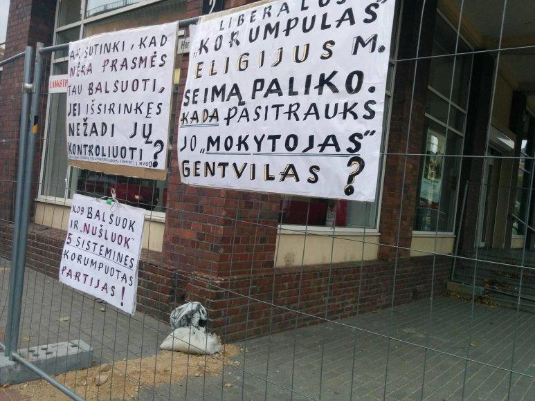 Klaipėdoje, netoli savivaldybės, kur iš anksto balsuojama Seimo rinkimuose, iškabinti antiagitaciniai plakatai.