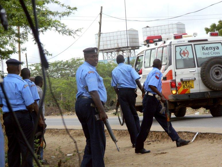 Kenijos policininkai netoli koledžo